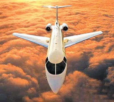 飞机也很稳,根本不用担心颠簸的气流会弄洒玻璃桌板