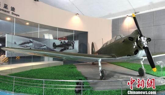 冯如在广州燕塘准备试飞  冯如2号  初教-5   即将开幕的第九届珠海航展,冯如2号(复制品)、列宁号(复制品)、米格-15比斯、初教-5、歼-6等5型文物飞机,将从中国航空博物馆走向国际航空航天博览会,让世人一睹风采。尽管它们是文物飞机,但很多传奇故事鲜为人知。   冯如2号纪念中国航空之父   103年前,冯如制造了中国第一架飞机。   1909年9月21日,中国旅美华侨冯如,在美国奥克兰州派得蒙特山附近的平坦空地上,驾驶一架有动力的飞机试飞,取得了飞行高度5米,飞行距离