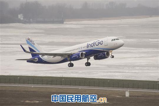 印度最大航空公司IndiGo航空公司日前接收了公司首架装配鲨鳍小翼的空客A320飞机,成为印度首家接收装配鲨鳍小翼的空客A320飞机的航空公司。鲨鳍小翼是现款空客A320系列飞机的选装配置。对于装配新型发动机的A320neo系列飞机而言,鲨鳍小翼则是标准配置。   鲨鳍小翼是空中客车公司设计的新一代大型翼梢小翼,它由复合材料制成,高2.