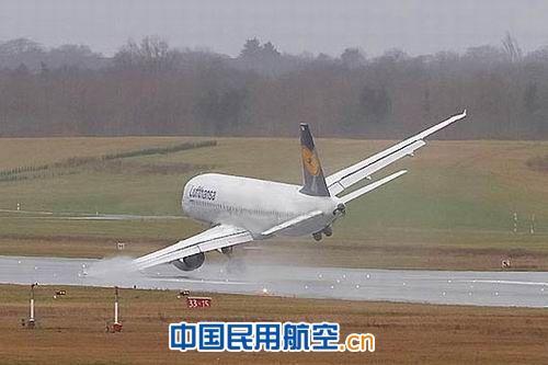 在强烈侧风之下进场降落,是民航飞机其中一种最复杂和危险的飞行