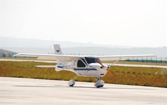 乘坐私人飞机穿梭在沈阳与大连之间,甚至还可以到呼伦贝尔大草原去旅游,这并不是梦想。今年夏天,东北首家私人飞机俱乐部将在法库财湖建成,同时,东北首家私人飞机4S店也将营业,并将对外出售沈飞公司生产的L162飞机。届时,在法库财湖的上空,你就可以一圆私人飞机梦。4月10日,法库县负责人在接受记者采访时兴奋地说。   私人飞机开卖了,俱乐部也成立了,但在哪儿飞呢?