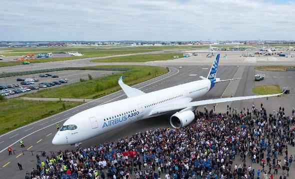 5月13日,在法国图卢兹,空中客车公司(空客)员工庆贺首架空客A350XWB宽体飞机完成整体涂装。   首架用于飞行测试的空客A350XWB宽体飞机日前在法国图卢兹完成整体喷漆,这标志着空客这一新型飞机又向预定今年夏季的首次飞行迈进一步。