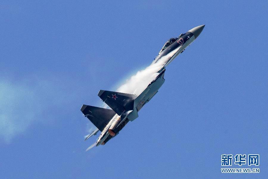 6月18日,苏-35战斗机在法国巴黎航展上作飞行表演。   苏-35是俄罗斯研制的四代半重型战斗机,具有远程、多用途、空优和打击等特性。这是苏-35战斗机首次在俄罗斯本土以外的航展上作飞行表演。巴黎航展17日在巴黎郊区的布尔歇机场开幕,17日至20日面向专业人士开放,21日至23日将向公众开放。新华社发(陈诚摄)
