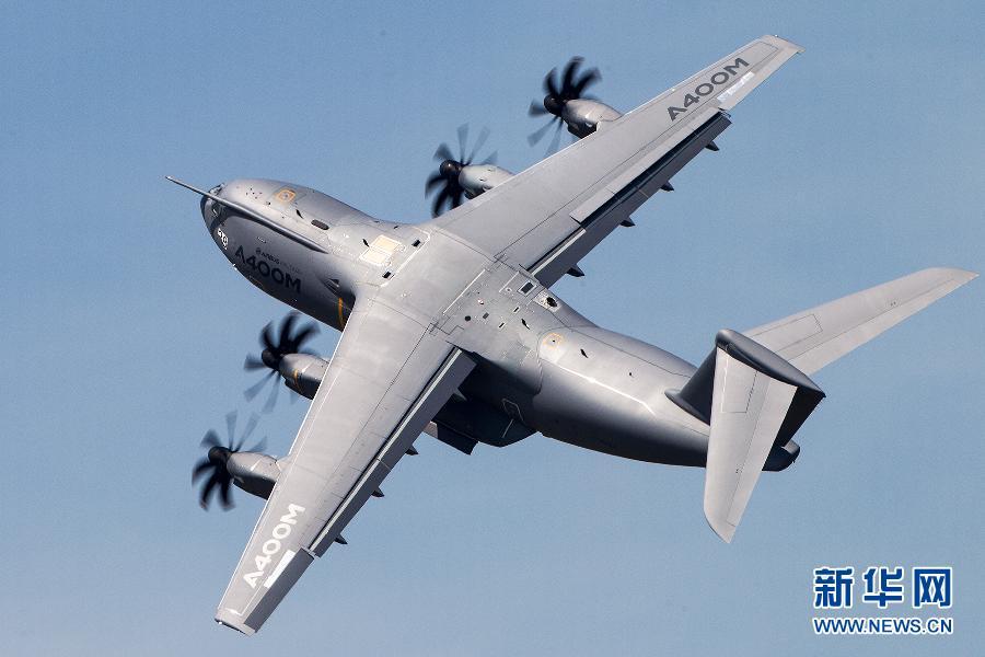 6月18日,空中客车(空客)公司研制的A400M运输机在法国巴黎航展上作飞行表演。   空客A400M是欧洲多国联合研制的四发涡桨运输机,其最大载重量37吨,最大航程9300公里。这是A400M运输机首次在巴黎航展作飞行表演,航展结束后,这架飞机将交付给法国空军。巴黎航展17日在巴黎郊区的布尔歇机场开幕,17日至20日面向专业人士开放,21日至23日将向公众开放。新华社发(陈诚摄)