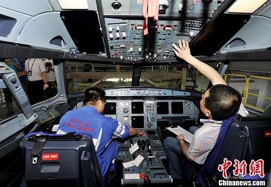 开放日参观四川航空公司飞机维修车间。安源 摄   6月25日,四川航空公司举办2013年媒体公众开放日活动。活动以平安相伴快乐同行为主题,旨在增进媒体、共众对民航安全管理工作、飞行技术发展趋势的了解,来自媒体和旅客代表、飞友、微博达人参加了此次活动。