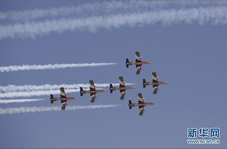 """阿联酋空军""""骑士""""飞行表演队在进行编队飞行."""