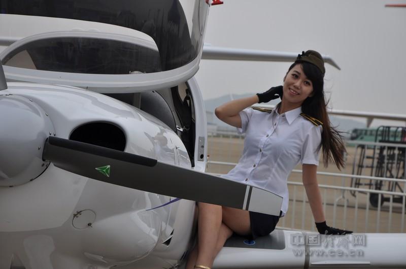 【本网专稿】实拍航展上靓丽的美女空姐 航空