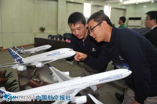 空中客车还在仪式上向学校赠阅飞机模型    学生参观空客飞机模型。    大学生现场提问。   5月11日,空中客车公司在西安西北工业大学航空学院举行2013年度让梦想展翅高飞全球大学生航空竞赛启动仪式,向中国的大学生发出邀请,鼓励他们为更加绿色的航空业贡献奇思妙想。来自西北工业大学的300多名师生与空中客车中国公司的员工代表一同参加了仪式,并在现场就航空业的未来发展、空中客车与中国的合作及大学生就业与职业规划等问题进行了交流。   让梦想展翅高飞全球大学生航空竞赛两年一届,包括三轮逐步升级的