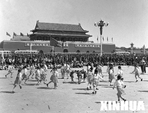 这是1963年5月1日,首都少年们在天安门广场上表演跳猴皮筋舞.
