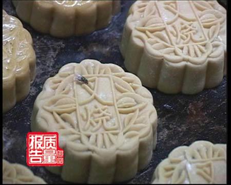 记者调查发现,在广西南宁梦之岛百货门前销售的几十家月饼销售点