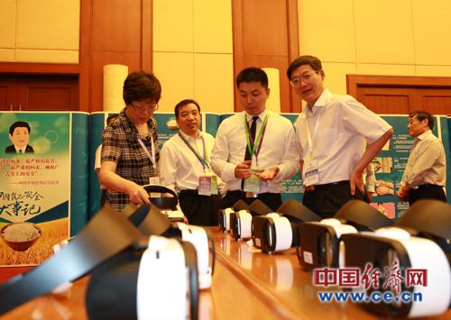 食药监总局王明珠、郭文奇了解中国经济网食品安全VR