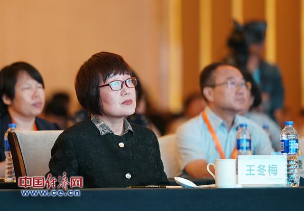 中国记协书记处书记王冬梅等嘉宾在认真听会
