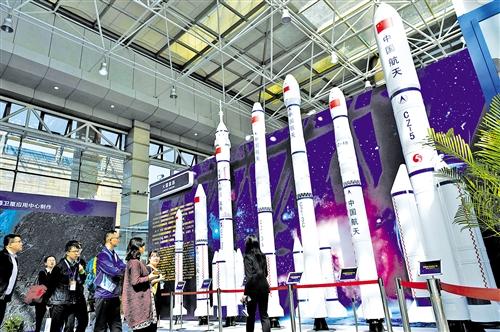 4月24日,在哈尔滨工业大学,与会者在观看运载火箭模型。 新华社记者 王建威摄