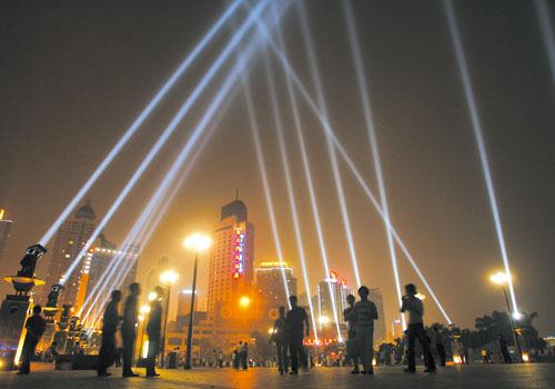 资料图:朝天门广场,灯饰工程灯光调试,光束在城市的上空交相辉映图片