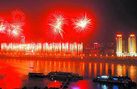 18日晚,朝天门,焰火映红两江水.记者 钟志兵 摄-山城夜空焰火灿烂 图片