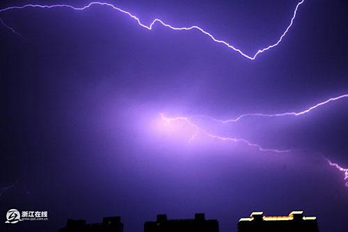 杭州出现罕见雷暴天气 持续四小时(图)