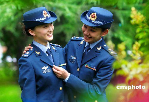 """工团演员试穿""""07式""""新军装夏常服.-解放军8月1日起统一换发新图片"""