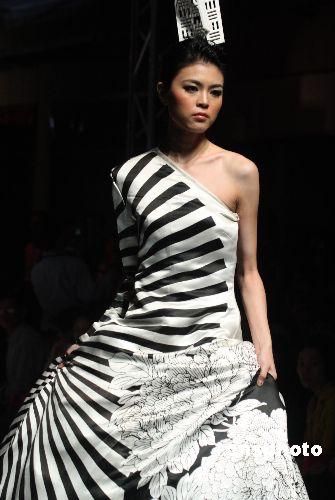 图为模特展示中国服装设计师最新流行作品.中新社发钱兴强摄