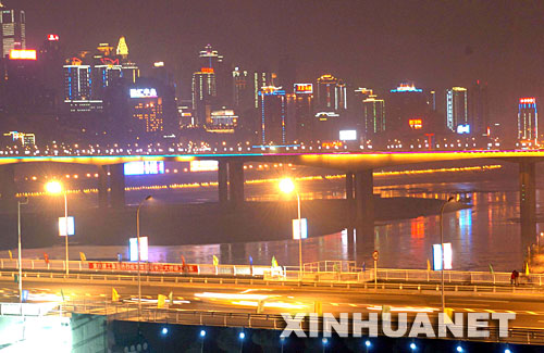 夜色中的重庆菜园坝长江大桥(前)、石板坡长江大桥(中)及渝中区图片
