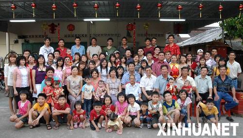 大家庭春节团聚吃团圆饭,是马来西亚华人一直保留的传统.