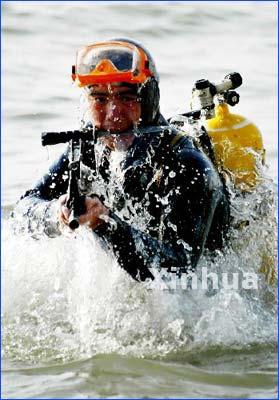"""海军陆战队两栖""""蛙人""""在进行战术训练-中国青年报 中国海军陆战队图片"""